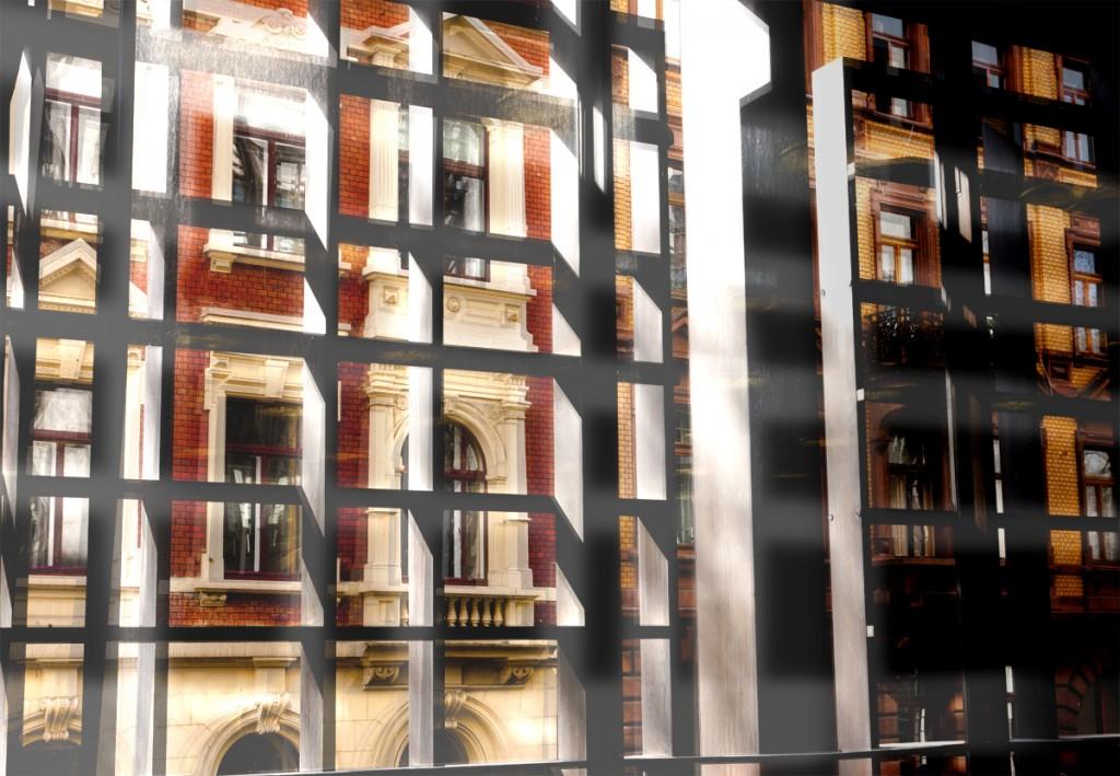 Blick durch die Vorhanggitter aus dem Rathaus Mainz auf die gegenüberliegende historische Fassade