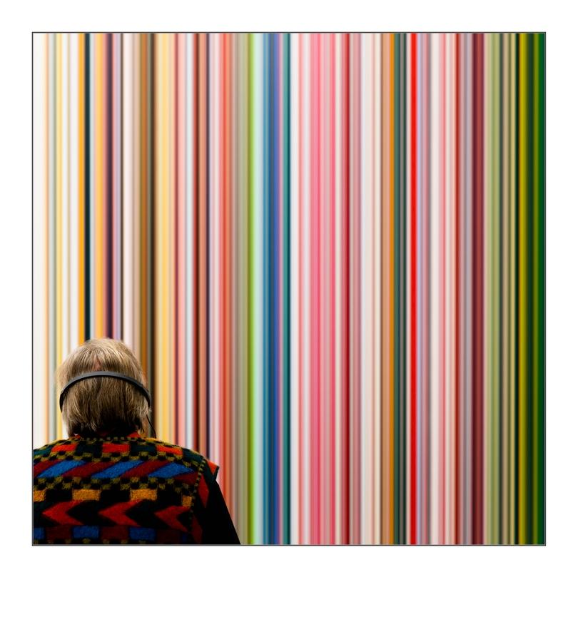 """Mann mit gemusterterm Pullover vor Gerhard Richters """"Stripes"""""""