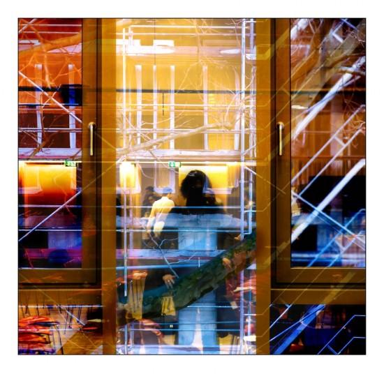 Selbstbildnis in der Glasfassade im Haus am Dom Frankfurt