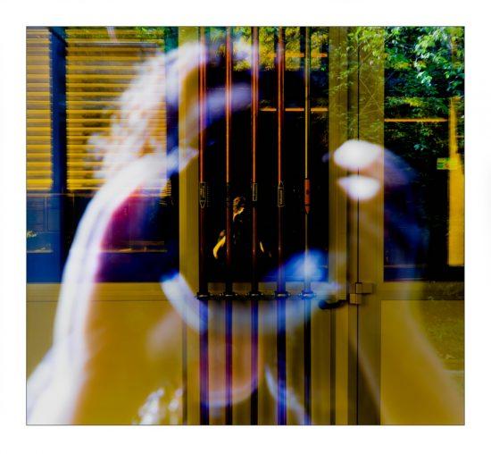 Selbstbildnis / Spiegelung in einem alten Laborgebaeude
