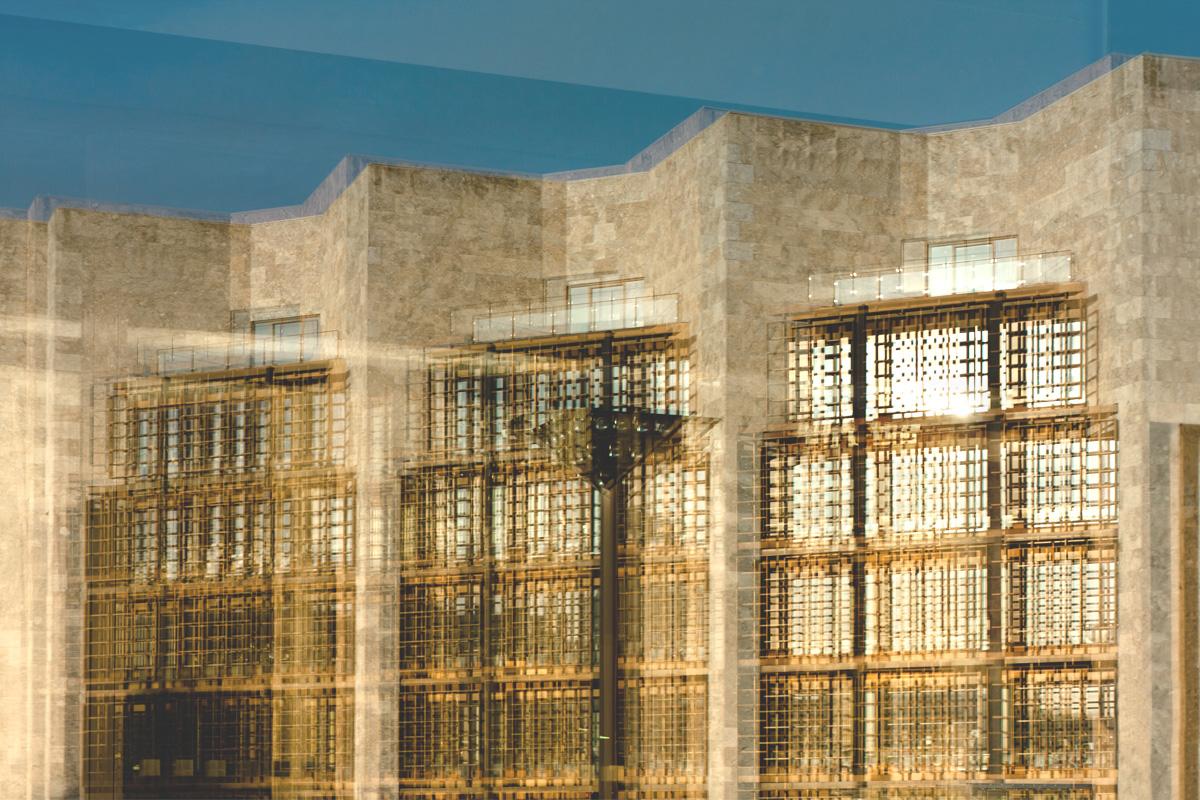 Fassade des Rathaus' Mainz im goldenen Abendlicht